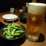 博多もつ鍋おおやま - 【サッポロ生(中) 590円】お通しは枝豆です♪