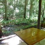 カフェ ヤマト - 渓流添いの席は信じられない程に涼しいです