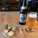 29244914 - アサヒスーパードライ生ビール500ml・550円とチーズ盛り合わせ500円。(税込み)