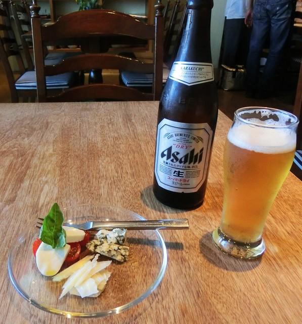 語りばさ - アサヒスーパードライ生ビール500ml・550円とチーズ盛り合わせ500円。(税込み)