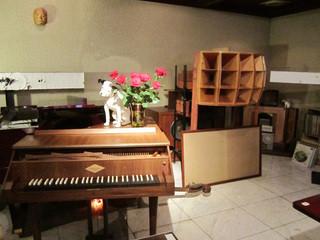 柳月堂 - 大きなスピーカー、チェンバロ、ピアノなど
