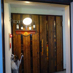 ヴァージン フラミンゴ - 重厚な入口