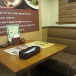 伽哩本舗 - さすがに福岡を代表する焼きカレーの老舗、どこかレトロ感のあふれる店内は全席がテーブル席になってます。