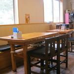 かつみ食堂 - テーブル席です。