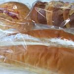 おいしいパン屋さん - 手前・青りんごホイップパン、奥右・ツインホーン、奥左・焼きたまごぱん