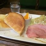 元町サントス - バタートーストと、ハムエッグ、サラダ、オレンジが付いていました