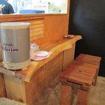 たこ焼き ジパング - 店内のカウンター席、大型エアコンの真下で快適