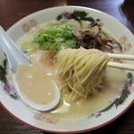 博多ラーメン 山桜 - 2014年7月21日(月・祝) ラーメン(620円)はりがね 麺リフト
