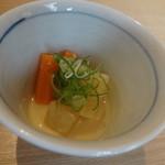 銀座 圓 - 大根・ニンジンをじゃこと一緒に白味噌で煮てあります。ちょっとお魚の味が濃いですかね。