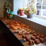 ブランジェカイチ - 窓側にもたくさんのパンが