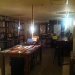 トレジャーリバー ブックカフェ - 他では手に入らないアート本も販売しております。お席で食事とともにお読みいただけます。