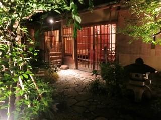 ザ・コモン・ワン・バー・キョウト - 中庭と正面の玄関です。