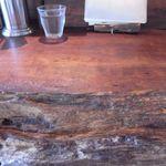 麺屋 がらーじ - 木の温もりが感じられるカウンター席