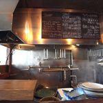 麺屋 がらーじ - シンプルな厨房。夏は冷やしラーメンもお薦め