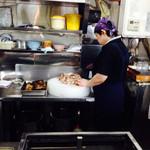 青島食堂 - チャーシューは薄くそぎ切りにします。