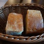 ヴェッロクオーレ - 自家製パン 素朴な味です、バーニャカウダソースと合います