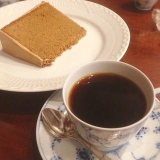 椿屋珈琲店 上野茶廊 - 椿屋珈琲に初来店。  椿屋オリジナルブレンドは少し酸味があってサッパリした味でした。  珈琲シフォンが…最高すぎた⁽⁽٩(๑˃̶͈̀ ᗨ ˂̶͈́)۶⁾⁾ ♥︎♡
