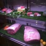 黒毛和牛一頭買い肉バル デルソーレ - 店頭の肉ケース