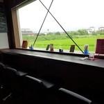 秘密基地akari - カウンター席の大きな窓