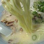 珍竜軒 - 麺は中麺~中細麺の間くらいの太さでストレート麺。標準の硬さを推奨します。