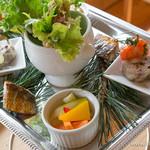 ビブレ - 丘のプラトー(ラタトゥイユ、お肉とレバーのパテ、鰊のスモーク、お野菜のピクルス、サラダ菜)【2014年7月】