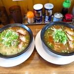 麺屋 二郎 - (左)らー麺700円(右)かさね味750円