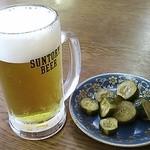 エビスヤ - 生ビールを頼んだら サービスの漬物。これ、古漬けじゃなくちょっと甘い醤油漬け。旨し♪