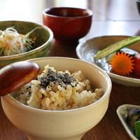 茶倉 - 野菜三昧ランチの主菜。玄米ご飯も人気の一つです。