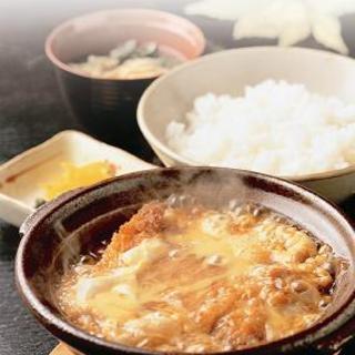 """初代店主考案の""""台抜き""""(カツ玉)は、伝統の名物料理"""