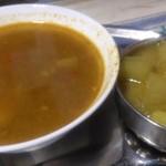 ネパール家庭料理 麦 - チキンカリーと野菜カリー アップ