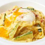 ピッツェリア バール ナポリ - 熟成ベーコンとズッキーニのカルボナーラ 半熟卵のせ ~タリアテッレ~