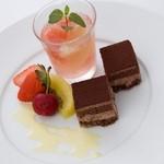 オステリア サクラ - 桜のゼリーとチョコレートケーキ