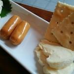 純米酒専門YATA  - つまみも全て  チーズ盛合せ500円 カマンベール・ウォッシュ・スモーク