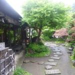 29318584 - 和室からは手入れの行き届いた庭園が望めます