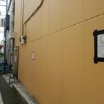ルナ ピエナ - この壁の色が目印