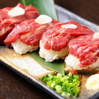 熊本の馬刺しや宮崎の霧島豚を使った逸品など本場九州の味に舌鼓