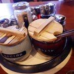 久留米ラーメン清陽軒 - 7種の薬味は投入自由(替え玉後がお勧め)