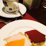 29339971 - ティラミスと白桃ケーキと紅茶