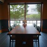 本庄うなぎ屋 - 個室のテーブル席