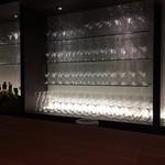 29349075 - 壁のワインセラーやカウンター正面のグラス類は見事