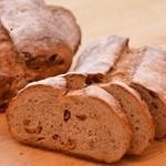 ブーランジェリー コンヴィヴィアリテ - いちじくとクルミのライ麦パン