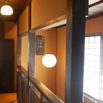 近江町食堂 - 2階があります(10時半~15時は全席禁煙/17時~閉店まで喫煙可)