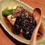 とうふ家三和 - 「揚げ出しの三種盛り(580円)」は豆腐と餅と茄子の盛り合わせで、スッキリした食べ心地。