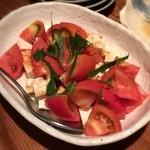 とうふ家三和 - 「トマトと豆腐のサラダ(500円)」にはしっかりした木綿豆腐を使用。もちろん豆腐を使用しないサラダもありますよ