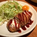 とうふ家三和 - 「豆腐カツ(480円)」は豚肉と大葉で豆腐を巻きカラッと揚げたもの。豆腐の柔らかさがちゃんと残っており、スッキリした食後感。