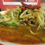 朱鳶 - 朱鳶ラーメン 超々激辛のスープ、ヤサイのマウンテン度
