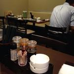 上海台所 - 店内はテーブル席のみ