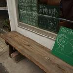 ワンダカレー店 - 外にベンチが、メニューと・・・