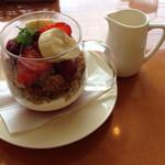 アフタヌーンティー・ティールーム - 料理写真:ハニーフロマージュソースのグラノーラパフェ