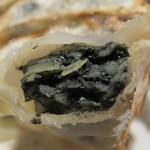 本格麻婆豆腐専門店 麻婆亭 - 餡が黒い!黒いのは竹炭パウダーが入ってるからです。                             消臭とデトックス効果があるそうです。